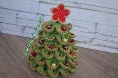 albero di Natale a uncinetto con petali Crochet Christmas Trees, Christmas Knitting, Felt Christmas, Christmas Wreaths, Christmas Bulbs, Christmas Crafts, Merry Christmas, Spiral Crochet, Crochet Flowers