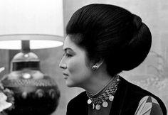 Imelda Marcos Ferdinand, People Power Revolution, New Fashion, Fashion Beauty, Classy Fashion, President Of The Philippines, The Wedding Singer, French Clip, Filipiniana