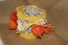 Mit Faserpapier umklebt, mit Lampionblumen u.a. Naturmaterialien umwickelt und mit Kürbiskernen gefüllt - so wird aus einem Eimerchen ein Kerzenhalter.
