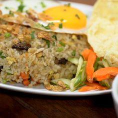 Menu makanan yang satu ini tentu tidak jarang kita temui di restoran-restoran. Pada umumnya buntut sapi diolah menjadi sop buntut, namun kali ini buntut sapi diolah menjadi sebuah kreasi baru, Nasi Goreng Buntut! Indian Food Recipes, Asian Recipes, Healthy Recipes, Easy Cooking, Cooking Recipes, Mie Goreng, Taste Made, Indonesian Food, Lunch Snacks