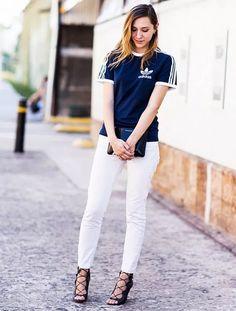 Hi-los para você testar no dia a dia. T-shirt esportiva azul marinha, calça branca, sandália de tiras lace up preta