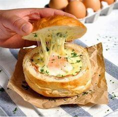 Горячие булочки с яйцом, сыром и ветчиной