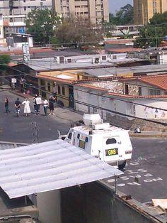 #1A 10:00 am Religiosa se enfrenta a tanqueta pidiendo que se alejen del colegio. #Barquisimeto vía @SoyVnezolano