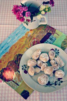 Romanian dessert: walnut filled with vanilla cream I Love Food, Good Food, Yummy Food, Baby Food Recipes, Vegan Recipes, Fun Recipes, Romanian Desserts, Delicious Deserts, Looks Yummy