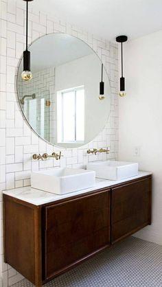carrelage blanc salle de bain, deux lavabos blancs et un miroir élégant