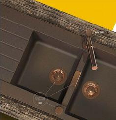 moderne Küchenarmatur und Sichtteile, wie Abflusssieb in Kupfer-Optik