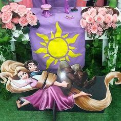 ENROLADOS  detalhe do trilho de tecido na mesa clean com as rosas, amo o tema! #Rapunzel #Enrolados #Princesa #princess #decoraçãoinfantil #Verde #principe #tecido #trilho #Sol #personagemfavorito #Amor #instakids #instaparty #instadecor #party #partykids #partydecor #kidspartydecor #Coremfesta #TerezaPati