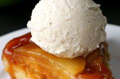 Aprenda a fazer o bolo invertido de maçã aqui: | 1½ xícara de farinha de trigo ⅓ xícara de açúcar 1 colher de chá de fermento químico 2 ovos ⅓ xícara de óleo ⅓ xícara de leite 1 colher de chá de essência de baunilha 2 colheres de sopa de manteiga 1 xícara de doce de leite 3 maçãs descascadas e cortadas em fatias finas