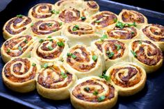 Zakręcone pizzerinki do odrywania – Smaki na talerzu Easy Cooking, Cooking Time, Cooking Recipes, Best Egg Salad Recipe, Good Food, Yummy Food, Easy Party Food, Healthy Dishes, Food Design