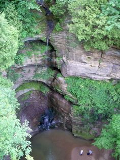 Starved Rock State Park is one of the most popular tourist destinations in Illinois. The park is a wonderful place to enjoy the outdoors. Weekend Trips, Day Trips, Weekend Getaways, Places To Travel, Places To See, Wonderful Places, Beautiful Places, Camping In Illinois, Places
