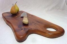 Une superbe planche à découper en vieux mélèze des Hautes-Alpes. A utiliser tous les jours comme plateau de fromage, à charcuterie, décoration de table...