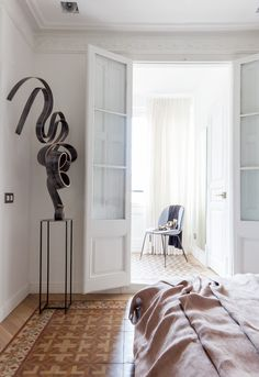 The Aribau Apartment was recently renovated by YLAB Arquitectos Barcelona to combine its traditional elements with modern accents. Vestibule, Best Interior, Interior Design, Decoracion Vintage Chic, Barcelona Apartment, Journal Du Design, Contemporary Apartment, Layout, Dream Apartment