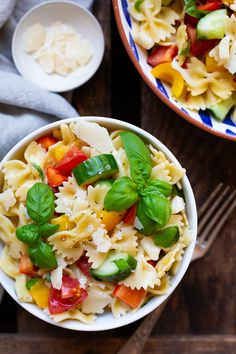 Einfacher Nudelsalat mit Honig-Senf-Dressing - Kochkarussell - Bombastic pasta salad with honey mustard dressing, bell pepper, cucumber, tomato and basil. Barbecue Salad Recipes, Easy Salads, Healthy Salad Recipes, Summer Salads, Healthy Meals To Cook, Healthy Cooking, Salmon Recipes, Pork Recipes, Quick Recipes
