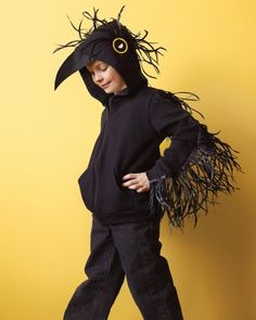 Halloween raven or black crow costume crafted from a hoodie / hoody. It's cold on Halloween! DIY instructions from Martha Stewart. Costume Halloween, Bird Costume Kids, Halloween Costumes Kids Homemade, Raven Costume, Halloween Raven, Halloween Kids, Seussical Costumes, Boy Costumes, Costume Ideas