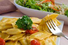 Ravioli: Italijanske testenine na domaći način  POTREBNO JE315 g rikote, 500 g nemasnog kuvanog svinjskog mesa, 155 g nemasne slanine, kašičica svežeg peršuna, 12 kašičice sveže žalfije, kašičica parmezana, muskatni oraščić, sveže samleveni,