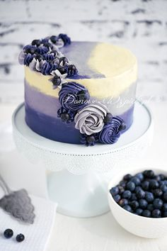 Tort ombre z borówką amerykańską – przepis - Buttercreme Rezept Blueberry Cake, Blueberry Recipes, Berry Tart, Ombre Cake, Vegetable Drinks, Cake Decorating Techniques, Floral Cake, Food Cakes, Buttercream Cake