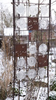 maybe in the right location. a nice way to dress up a trellis, especially when nothing is growing. Outdoor Art, Outdoor Gardens, Garden Dividers, Rusty Garden, Privacy Screen Outdoor, Glass Garden Art, Garden Canopy, Garden Fencing, Diy Garden Decor