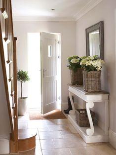 Décorer l'entrée de la maison à l'aide de plantes vertes et de jolis bouquets de fleurs