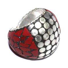 Peça com design super diferenciado: anel com estilo vintage e aplicações de coral vermelho, possui aro 22.  Uma peça única e exclusiva. Produto da Ásia.