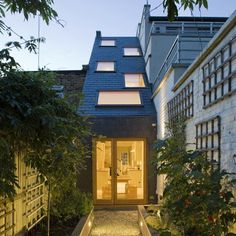 Extension to a narrow terraced house in London by Alma-nac that brings natural light in through a sloping roof. Terraced House, Extension Veranda, Roof Extension, Narrow House, London House, Pergola Designs, Pergola Kits, House Extensions, Dezeen