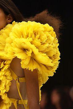 yellow couture ruffles, mcqueen Great for a colour scheme or pop of matrimonial colour. Look Fashion, Fashion Details, Fashion Show, Fashion Design, Fashion Models, Lingerie Plus Size, Hot Lingerie, Alexandre Mcqueen, Estilo Glamour