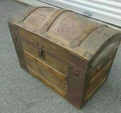 Arca em madeira e couro com ferragens originais