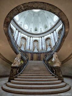 """Eine wunderbare Perspektive, innen im Bode Museum, auf der Museumsinsel in Berlin. Sehr viele geschwungene Linien - das """"beschwingt"""" beim Betrachten und auch beim Hochlaufen."""