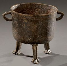 Small bronze tripod pot. Seventeenth century