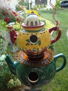 44 Cute Teapot Birdhouse Ideas To Improve Your Outdoor Decor - Trendehouse Birdhouse Designs, Birdhouse Ideas, Unique Birdhouses, Teapot Birdhouse, Cute Teapot, Teapots Unique, Bird House Kits, Bird Aviary, Pottery Teapots