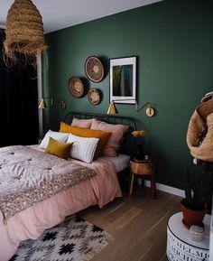 Mur vert - #Chambreacoucher #Decochambreparentale #Decorationchambreadulte #Dressingchambreparentale #Peinturechambreparentale #Tetedelit