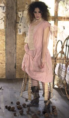 MP robe rose à jabot en Modern Hippie Style, Hippie Chic, Bohemian Style, Magnolia Pearl, Quirky Fashion, Boho Fashion, Vintage Costume Jewelry, Vintage Costumes, Vintage Fabrics