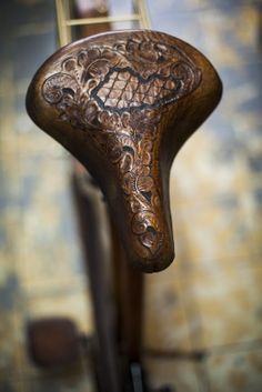 Leather tooled seat of the Picnic Bike Handmade by Victor  Magnum Santillán magsant.com #handmade #oldbike #craftmen #magsant #leatherbike #organicwool #picnicbike #oldleathertrunk