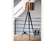 Lampa stojąca stanowi połączenie nóżek wykonanych z czarnego metalu i lśniącego miedzianego abażuru z tworzywa sztucznego. Nasz produkt o wysokości 156 cm posiada abażur o wymiarach 50x50x30 cm. Do la ...