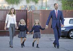 Los Príncipes de Asturias acompañan a sus hijas en su primer día de colegio #prince #felipe #letizia #leonor #sofia #royals