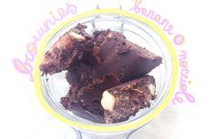 BROWNIES RAW CON BANANE E NOCCIOLE - La ricetta perfetta per i momenti di tristezza: brownies raw con banane e nocciole. Cucinando almeno non penserete a ciò che vi affligge.