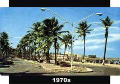 """Boulevard Manuel Avila Camacho en los años 70s con sus bancas """"modernistas"""", al fondo esta la Escuela Nautica. Fuente de foto: Recordando…"""