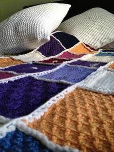 Manta crochet. Hecha con cuadrados de varios puntos y colores.