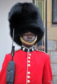 A member of the Queen's Guard, London, England. British Army, British Royals, Men In Uniform, Army Uniform, Military Uniforms, Man Of War, Royal Blood, London Tours, Royal Guard