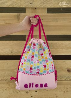 Bolsa confeccionada y personalizada con nombre pintado a mano para Aitana.