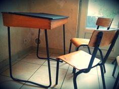 Bureau scandinave enfant relooké peinture ardoise et chaises poncees vernies et pieds repeints noit mate