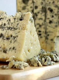 What French cheeses are popular in France? We'll cover the most popular French cheeses and offer tips on how to experience France's variety of cheeses. Fromage Cheese, Queso Cheese, Wine Cheese, Charcuterie, Grapes And Cheese, Spreadable Cheese, French Cheese, Gourmet Cheese, Gula