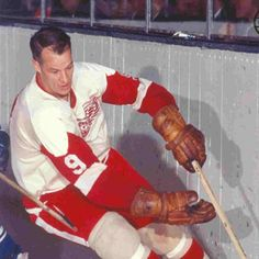 Gordie Howe - Detroit Redwings - can you believe playing hockey with no helmets? Detroit Hockey, Detroit Sports, Hockey Teams, Ice Hockey, Detroit Area, Nhl Entry Draft, Red Wings Hockey, Nhl Games, Vancouver Canucks