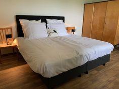 onze kamer Lindebloesem in de B&B Merel en Mos Bed And Breakfast, Furniture, Home Decor, Breakfast In Bed, Homemade Home Decor, Home Furnishings, Decoration Home, Arredamento, Interior Decorating