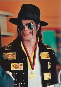 Michael Jackson the King of Pop wallpaper ❤ Transport Images, I Call Your Name, Michael Jackson Smile, Guinness Book, King Of The World, Media Images, Pop, American Singers, Role Models