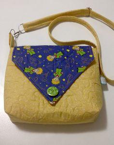 Bolsa confeccionada com tecidos nacionais quilt livre e quilt reto. Possui bolso interno, alça regulável e um botão decorativo de madeira. <br>Peça única. <br>Pronta entrega.
