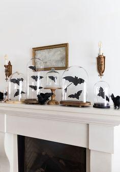 Decoração especial de Halloween na lareira branca, quadro, redoma de vidro com morcegos | Casa de Valentina #decoração #decor #Halloween