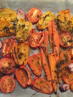 Red, yellow & orange pepper, carrot, onion, garlic, thyme, dried chili...#oven #happyroasting #homemade #soup #paprika #capsicum #happyfood #mindyourcarbs #lowcarb #healthyfood #dinner #lunch #healthy #stayfit