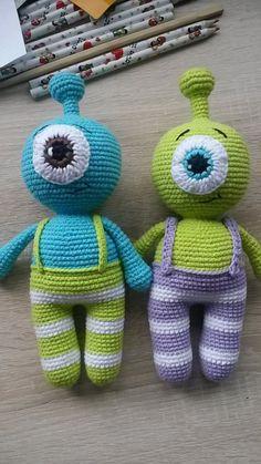 Cute little alien amigurumi arrived! Use this free Alien Amigurumi Pattern to create a funny companion for him! Mini Amigurumi, Amigurumi Animals, Crochet Amigurumi, Amigurumi Doll, Crochet Dolls, Crochet Diy, Crochet Bear, Crochet Animals, Crochet Patterns Amigurumi