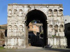 Arco de Xano - Este imponente arco de mármore de catro caras estaba probablemente dedicado ó emperador Constantino, s. III d.C. Situado no cruce de camiños no extremo do transitado Forum Boarium, a súa sombra convertiuno en lugar favorito para as discusións de mercaderes e homes de negocios.