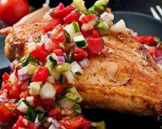 Blanc de poulet grillé et sa salsa de tomates et de courgette au basilic : http://www.fourchette-et-bikini.fr/recettes/recettes-minceur/blanc-de-poulet-grille-et-sa-salsa-de-tomates-et-de-courgette-au-basilic